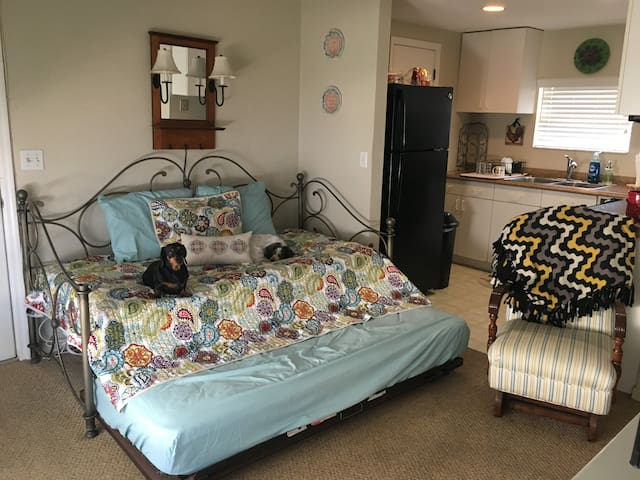 Beach Getaway! Cozy Living Room in a 1/1 - Flagler Beach - Appartement