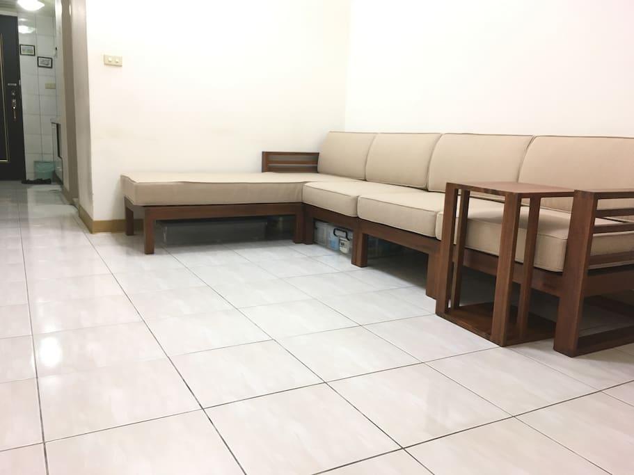 沙發床或坐或臥,明亮偌大的空間