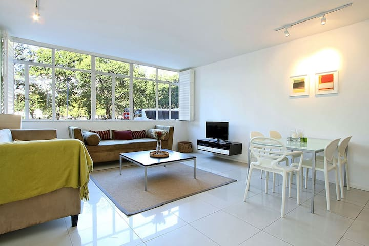Large 1 Bedroom apartment opposite Company Gardens
