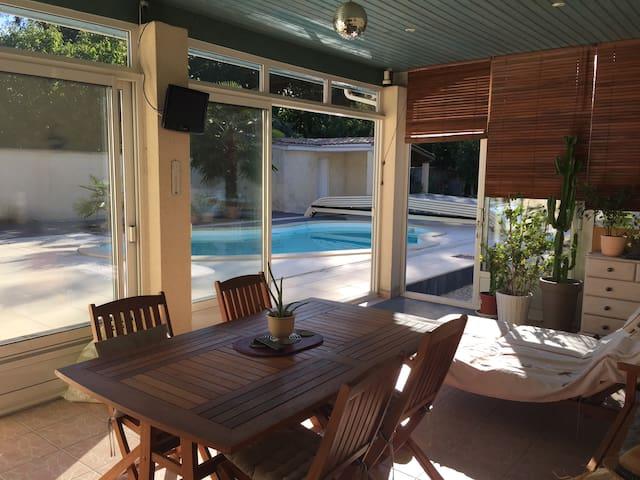 Chambre et terrasse donnant sur la piscine. - Saint-Morillon - Dom