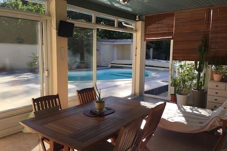Chambre et terrasse donnant sur la piscine. - Saint-Morillon