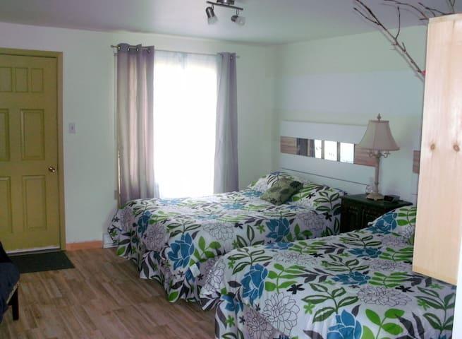 Deux lits doubles et cuisinette