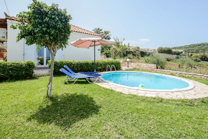 Chill and Relax in a Home with Pool near the Beach