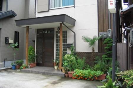 みんぱく近江屋 米原駅まで徒歩8分 木造日本建築の和室です  6畳 J1