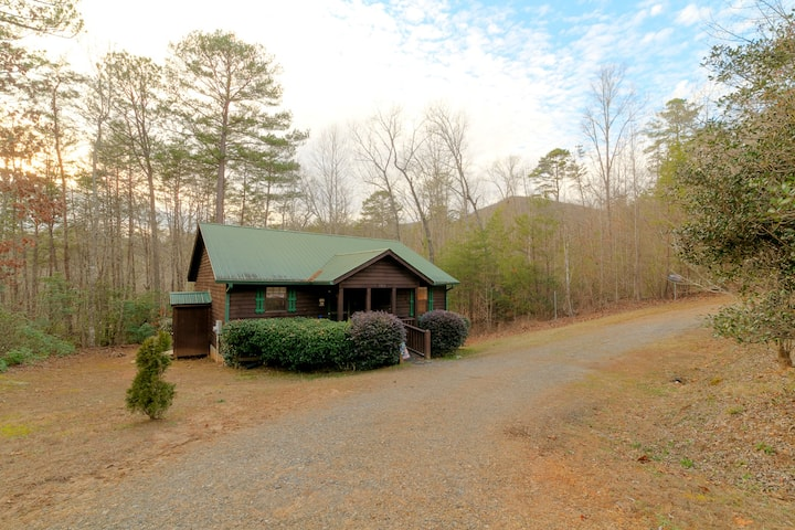 MARILEE COTTAGE- NOT PET FRIENDLY- Lovely and Cozy, Handicapped Friendly Vacation Cabin, Near Unicoi State Park with access to national forest and hiking
