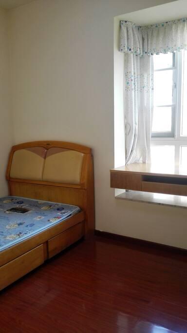 实木环保1.2米小床,配电脑、工作台。
