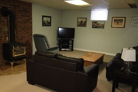 Cozy basement in village of Nottawa - country feel - Collingwood - Ház
