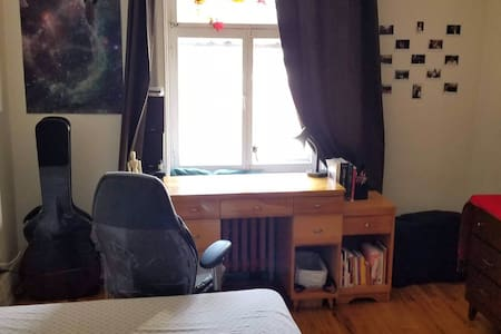 Chambre meublée près métro Université de Montréal