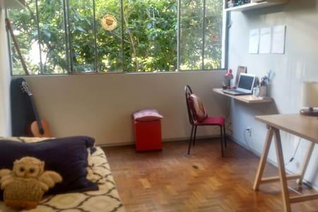 Quarto amplo e arejado no coração da Savassi! =) - Belo Horizonte