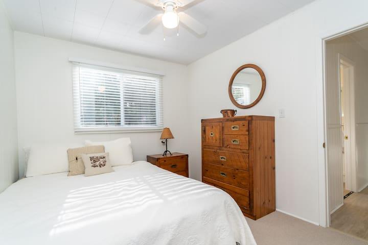 Guest bedroom 1 (Queen bed)
