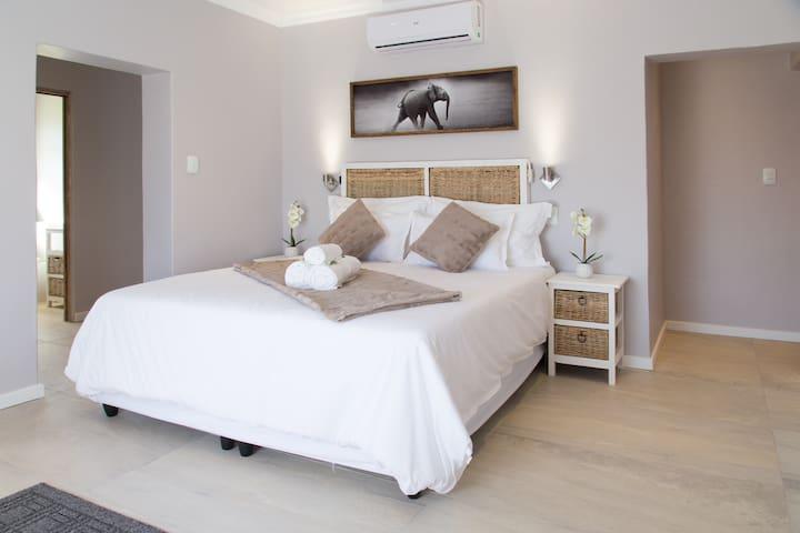 Lauradale - Lavender House - Strelitzia Room