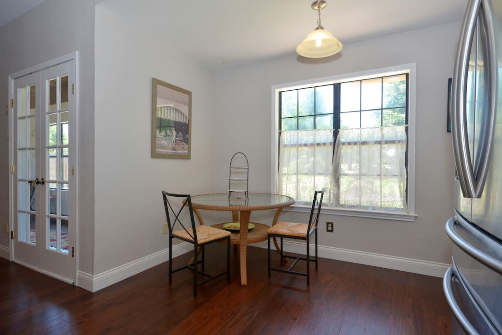 Breakfast nook, additional kitchen seating, seats up to 4, looks out on to backayrd