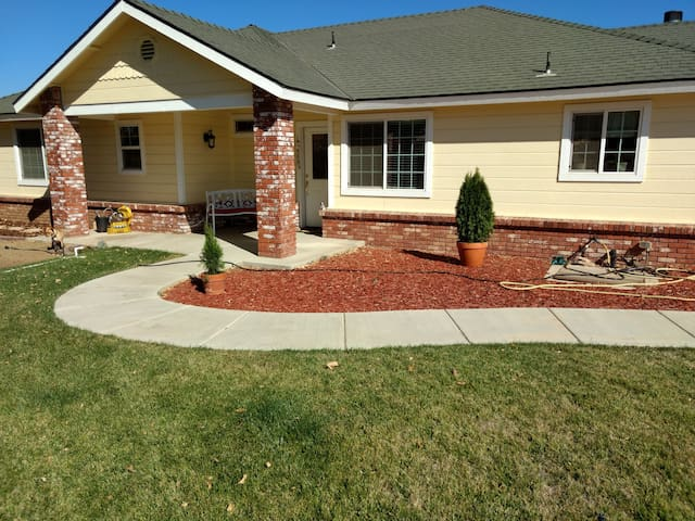 Nice Tehachapi house  close to town  and freeway.