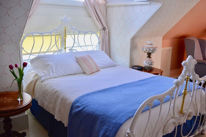 Sawyer Suite: Victorian By The Sea B&B (pr.bath)