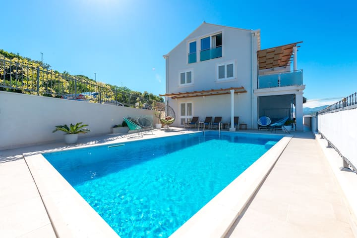 Apartment with balcony, pool, parking !