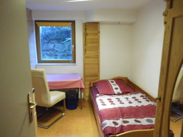 Einfach ausgestattetes Zimmer mit Pantry-Küche.