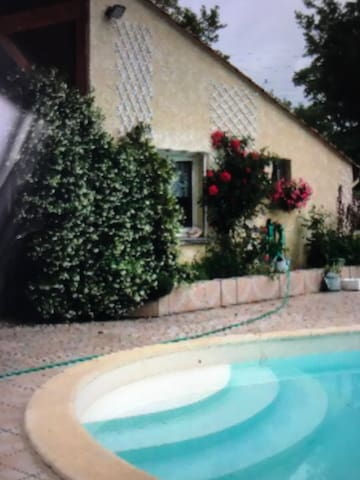 Chambre dans maison avec piscine