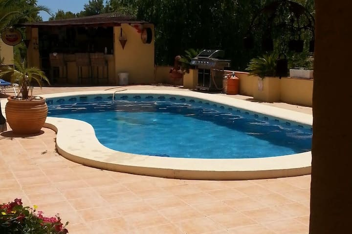Pretty 1 bed apt within a garden setting with pool
