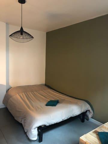 Au RdC chambre à l esprit nature avec literie confortable en 140x190 (draps et serviettes de toilette fournis)