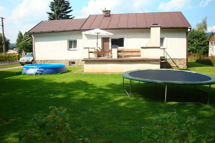 Komfortables Ferienhaus mit Swimmingpool in Mladé Buky