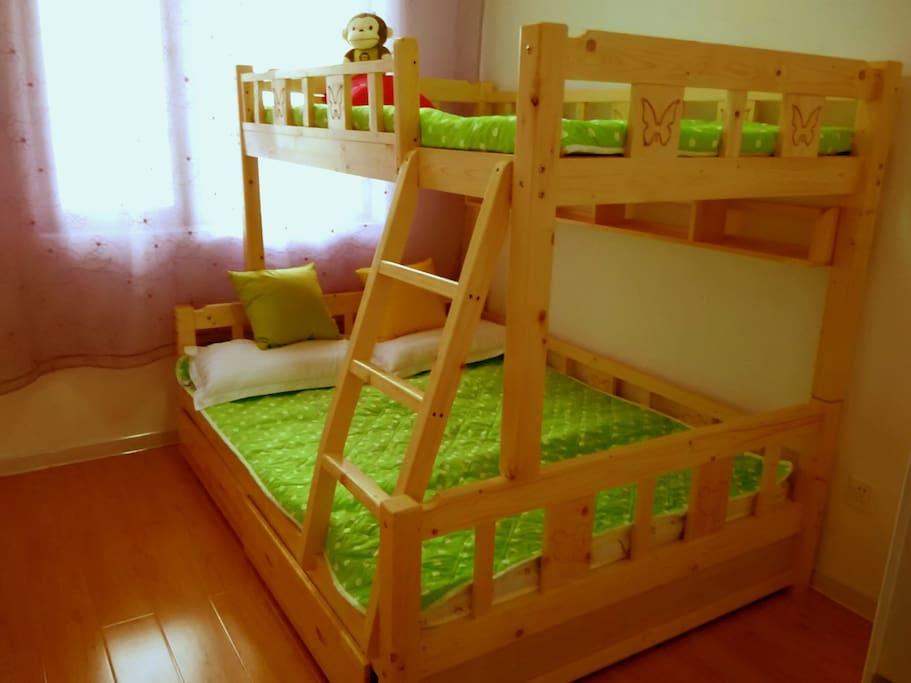 次卧室是纯松木上下床:下床是1.5*2.0米双人床、上床是1.2*2.0米