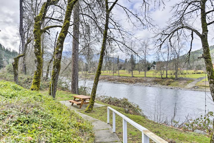 NEW! 3BR Grants Pass Home- Steps from Rogue River!
