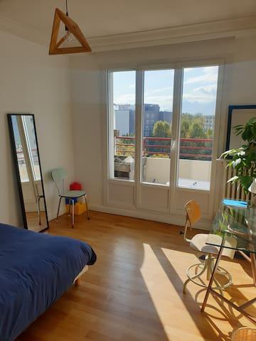 Chambre privée avec balcon proche caserne de bonne