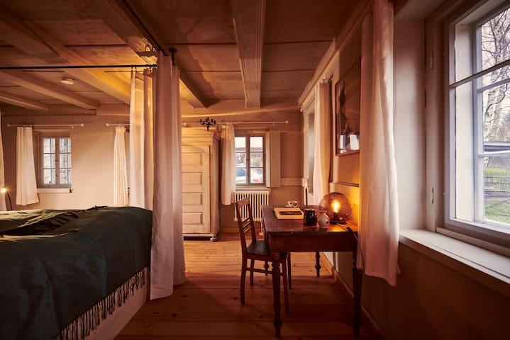 Schlafbereich in der Blockstube im Erdgeschoss