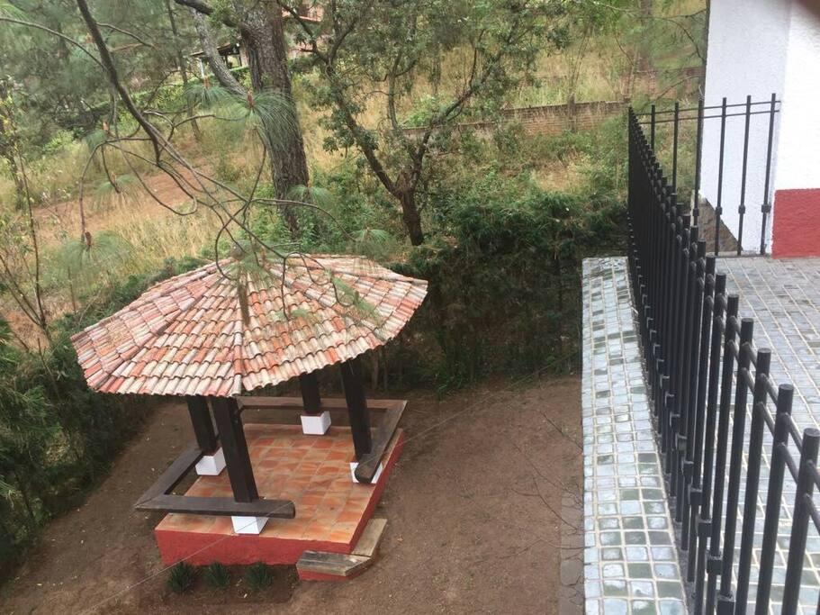 kiosco ubicado en el jardín trasero vista desde la terraza de una de las recámaras secundarias