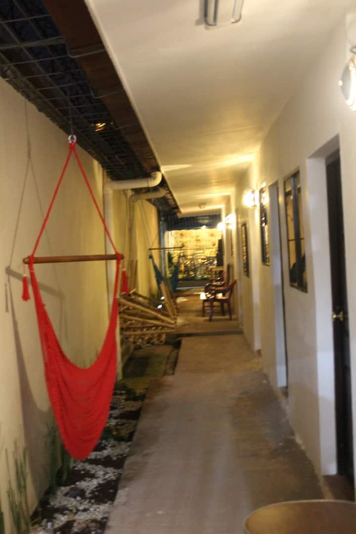 Habitación#2 Cama matrimonial Con baño compartido.