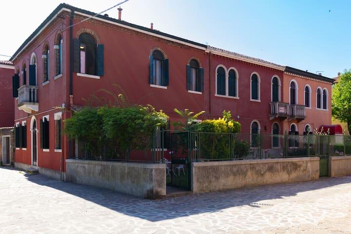 🆕 in Original Venetian Villa 2BR+Private Garden🏡