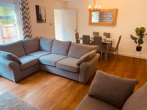 Comfy House with Parking for Multiple Vehicles and Great Transport Links