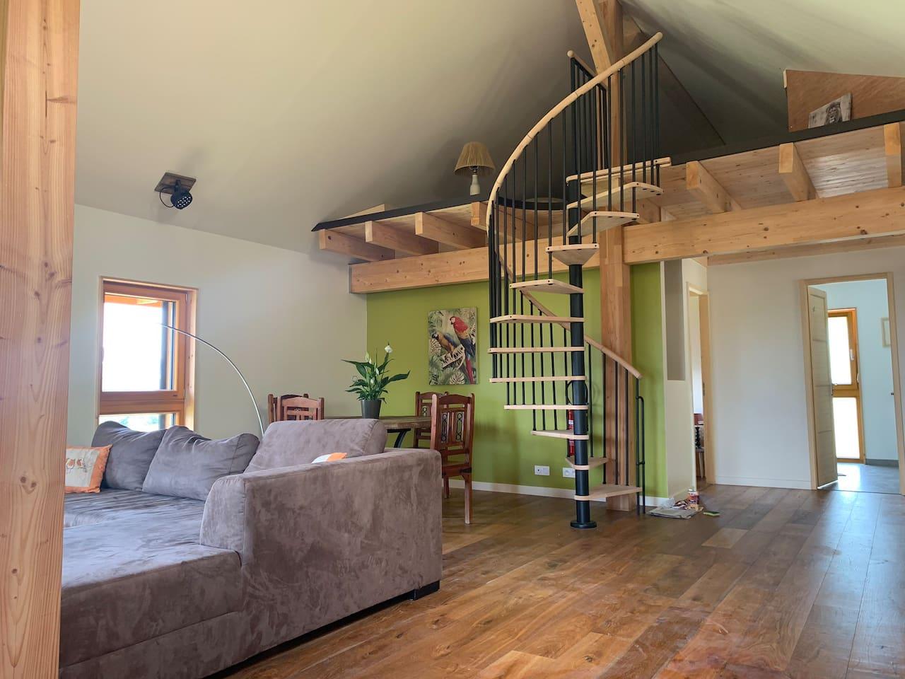 L'accès à la mezzanine vous permet de loger 2 personnes (1 lit simple et un fauteuil-lit).