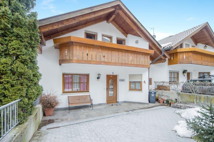 """Charmantes Ferienhaus """"Wia Dorhuam"""" mit Bergblick, WLAN, Garten, Balkon und Terrasse; Parkplätze vorhanden, Haustiere auf Anfrage erlaubt"""