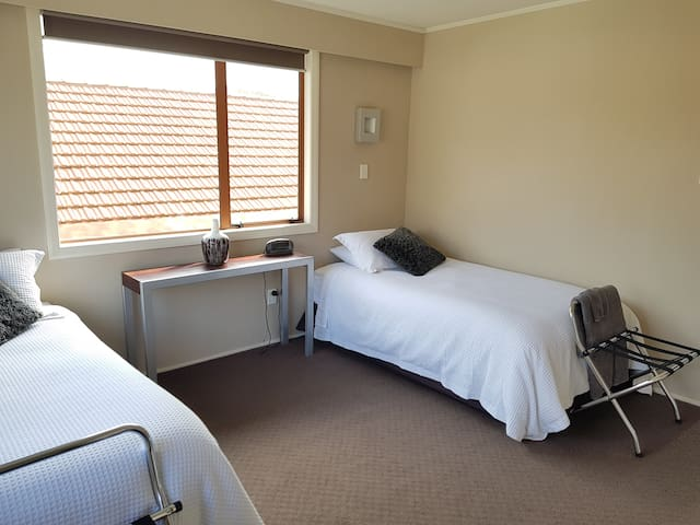 Twin room in the CBD with free parking