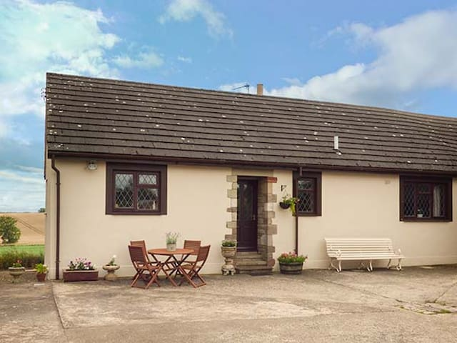 COURTYARD COTTAGE, pet friendly, with open fire in Duns, Ref 941046