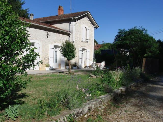 Charmante petite gare rénovée avec goût - Brageirac - Casa