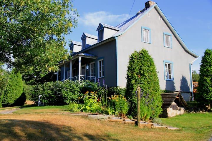 Suite familiale au sous-sol privée - Saint-Aimé-des-Lacs - Bed & Breakfast