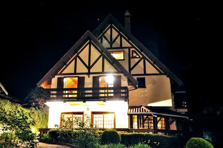 Casa  rústica linda, localizada na mata atlântica