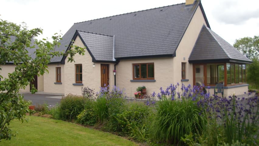 self catering cottage, on a farm .  - Ahascragh, ballinasloe - Cabin