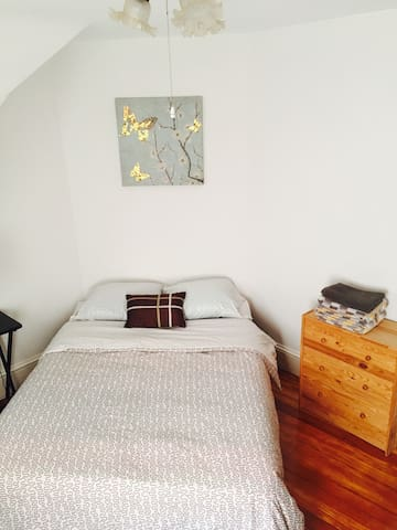 Clean and sunny room near Medford Sq  124/3/C