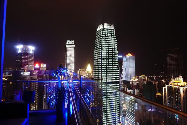 解放碑中心,楼下地铁(52层俯瞰城市夜景,180度大阳台无敌江景) - Chongqing - Apartamento
