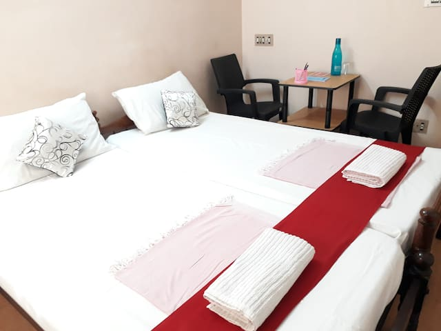 Valiyathayil Home Stay (Deluxe AC Double Room)