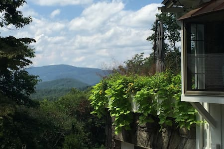 Hickory Hollow- Gem of a Cottage Outside Asheville - Fairview - Rumah