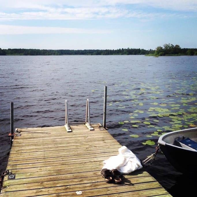 Sjön ligger fem minuters promenadväg bort.