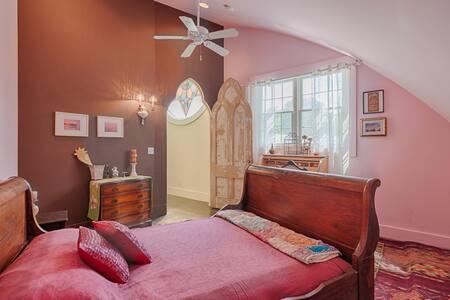 Writers Retreat Room in Fabulous Renovated Church - Easton - Apartment