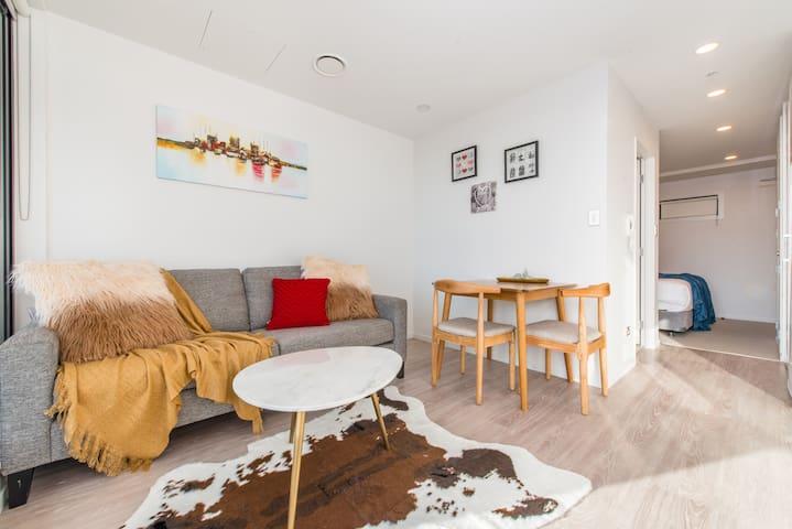 Brand New! Charming & Designed Apartment In CBD!