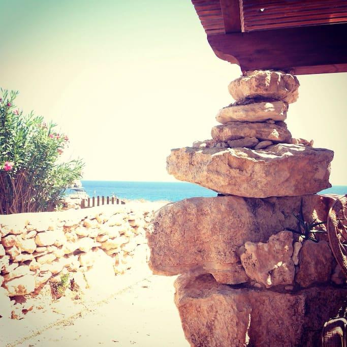 Suggestivo pilastro in pietre del patio esterno
