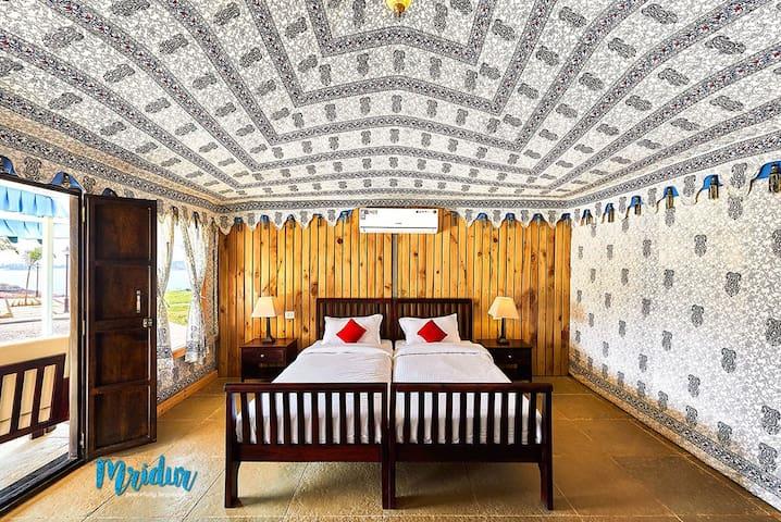 AC Luxurious Bedroom