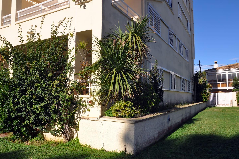 Vista de todo el apartamento desde el jardín